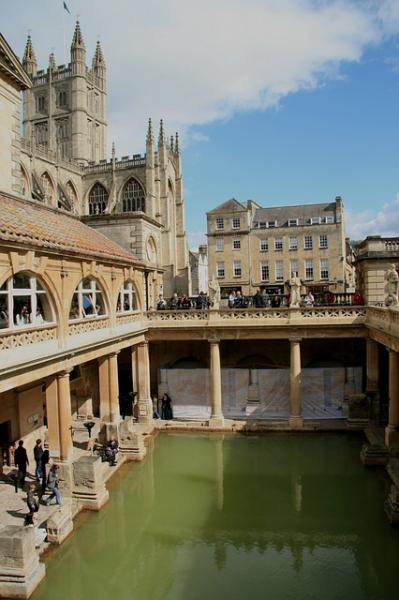 The Roman Bathsから、Bath Abbeyを望む景色